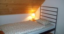 Sypialnia w domku Sno House z pojedynczym łóżkiem