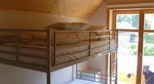 Sypialnia na piętrze domku z łóżkami piętrowymi
